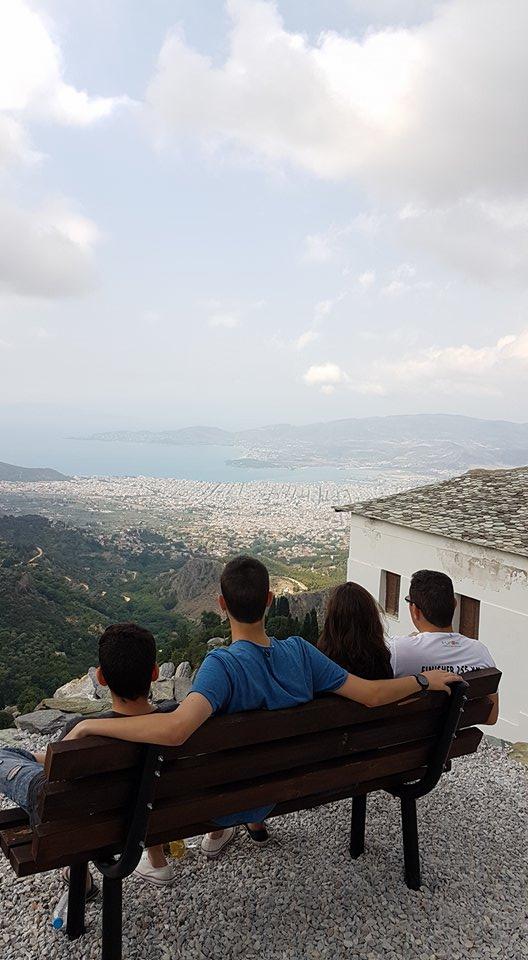 תצפית על VOLOS בעיירה מקריניצה Makrinitsa בחצי האי פליון Pelion
